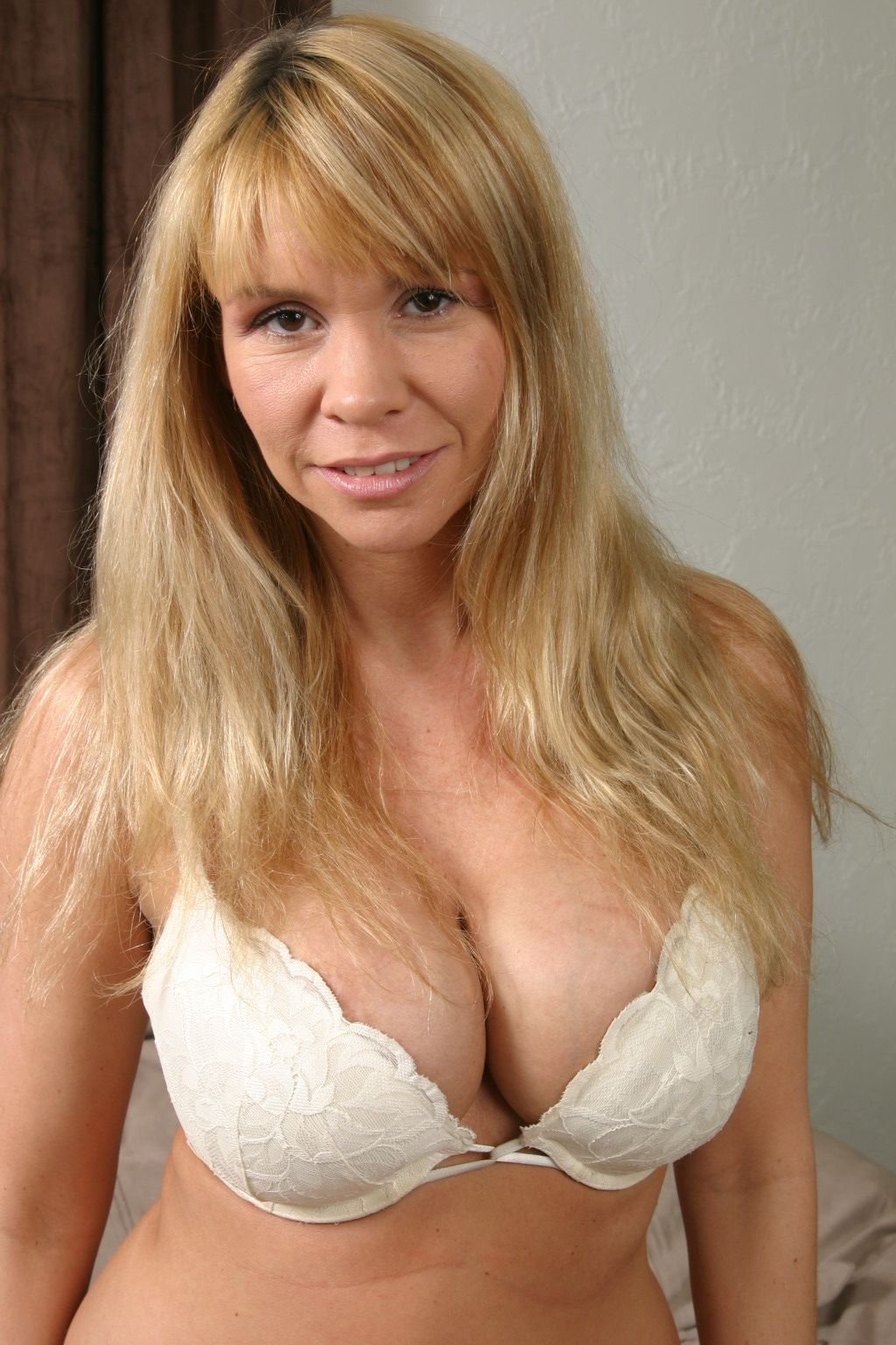 Sexy Busty Mom Domymom