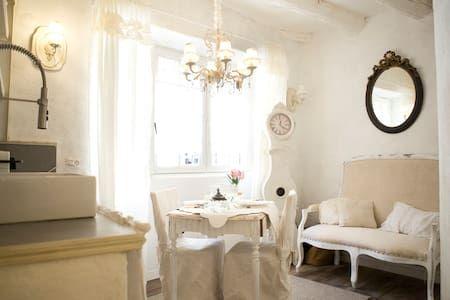 Regardez ce logement incroyable sur Airbnb  Nuit romantique centre