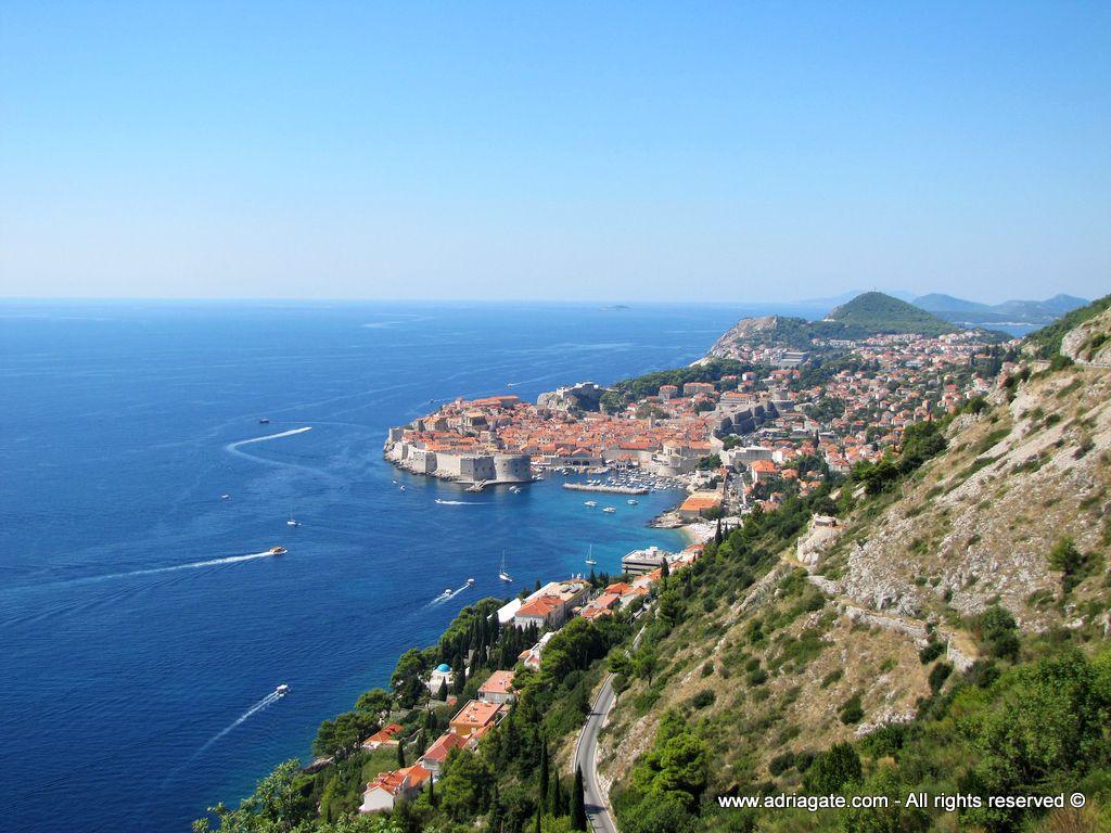 Dubrovnik è una delle destinazioni più attraenti e celebri del Mediterraneo. Una città famosa nel mondo per la sua eredità culturale e bellezza. Da trent'anni fa parte del patrimonio mondiale dell'UNESCO. Le numerose chiese e gli altri edifici sacri, le mura della città, le fortezze e i musei incantano tutti i visitatori per il loro alto valore storico. Dubrovnik è una città con un'offerta turistica particolarmente ricca.