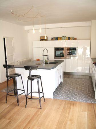 Im Küchenbereich Zementfliesen sonst Holz sehr stimmig, Küche weoß - arbeitsplatten küche holz