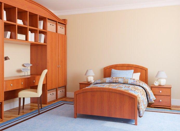 Funktionale Holz farbige Kinderschlafzimmer mit Holz Bett, Nacht steht, Schreibtisch, Regale und Böden.