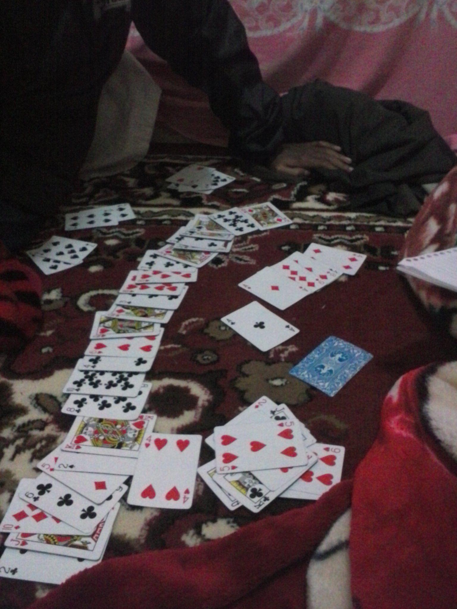 Menghabiskan waktu dengan main kartu... wkwkwkwkw