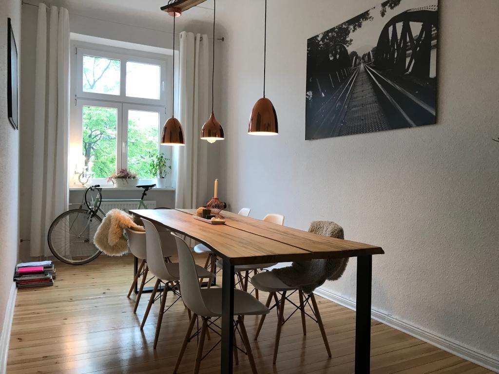Einrichtungsbeispiel Für Schönes Altbau Esszimmer: Esstisch Aus Massivholz,  Schöne Moderne Hängelampen In Kupfer