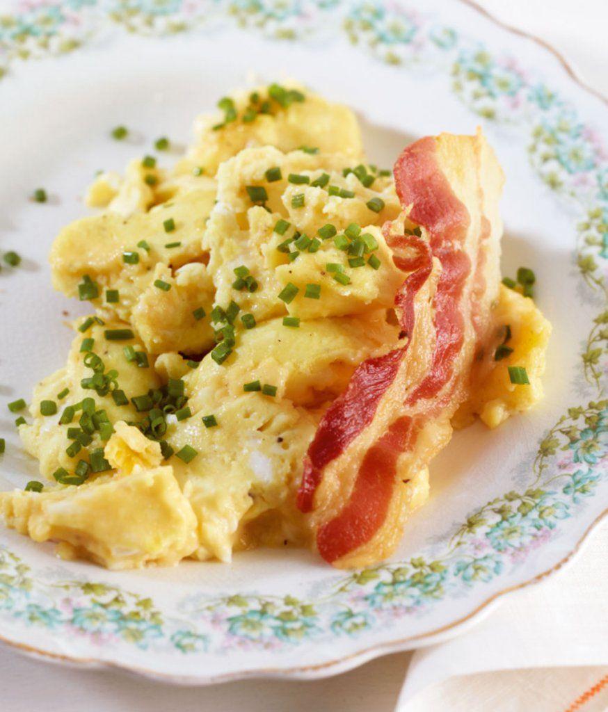Der Speck wird im Ofen schön knusprig, das Rührei mit Sahne supersaftig.