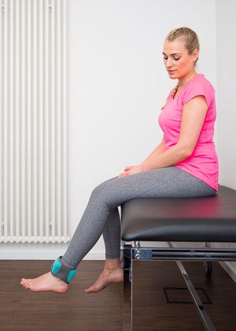 1. Übung: Knie pendeln lassen. Die durch Pendeln angeregte..