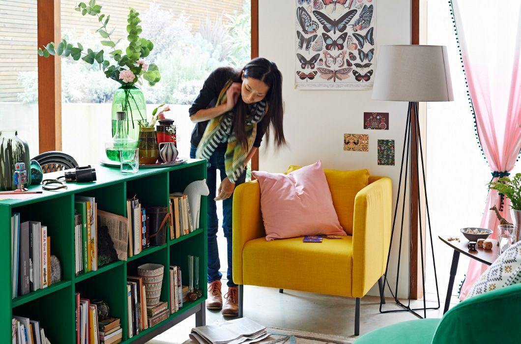 Wohnzimmer mit individuell gestalteten Gardinen im Hintergrund - wohnzimmer gestalten gelb