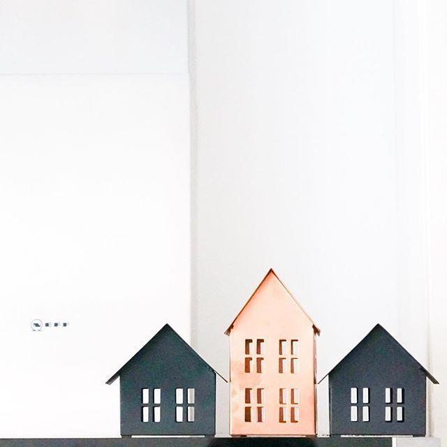 Houses- auf unserer Dunstabzugshaube steht jetzt ein kleines Dorf und ich bin verliebt. Schade nur, dass man jeden Fingerabdruck auf dem Kupferfarbenen sieht und die auch nicht mehr angehen. Naja - Patina... . . . #interiorinspo #interiordesign #interiorinspiration #interior123 #boligindretning #boligpluss #interior4all #boliginspiration #skandinaviskdesign #nordiskehjem #abmathome #ilovemyinterior #immyandindi #instahome #homedecor #interiorlovers #onlyinterior #interiorwarrior…