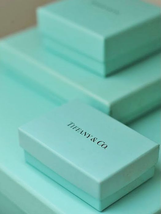 01b44b9bba729 Cajas de Tiffany  Este color es marca registrada de Tiffany y le  corresponde el pantone 1937