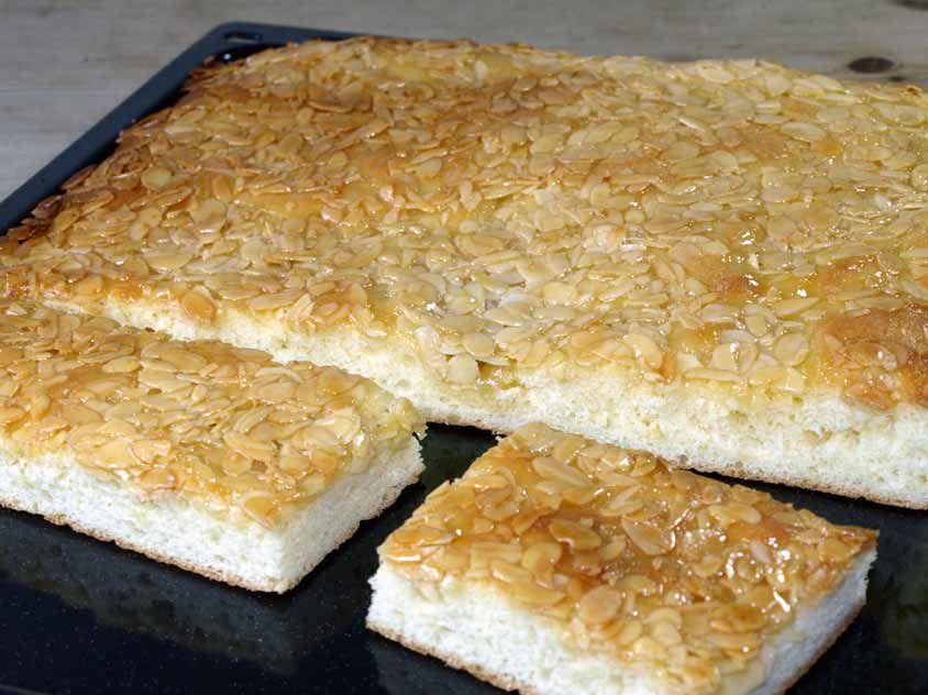 butterkuchen rezept butterkuchen vom blech mit leckeren karamellisierten mandeln hefekuchen. Black Bedroom Furniture Sets. Home Design Ideas