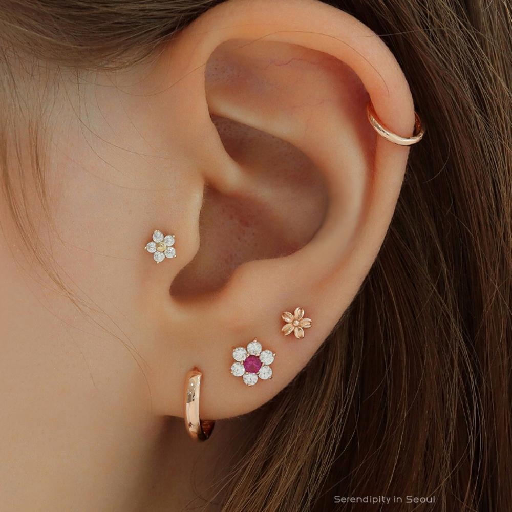 Solid Daisy Cartilage Piercing 14K Gold #cartilagepiercing #earpiercings #flowercartilagepiercing #earpiercingsideas #piercing #earstack #flowerpiercing #tinyflowerpiercing #cartilageearrings #curatedear #earcandy #earlobepiercings #earpiercingideas