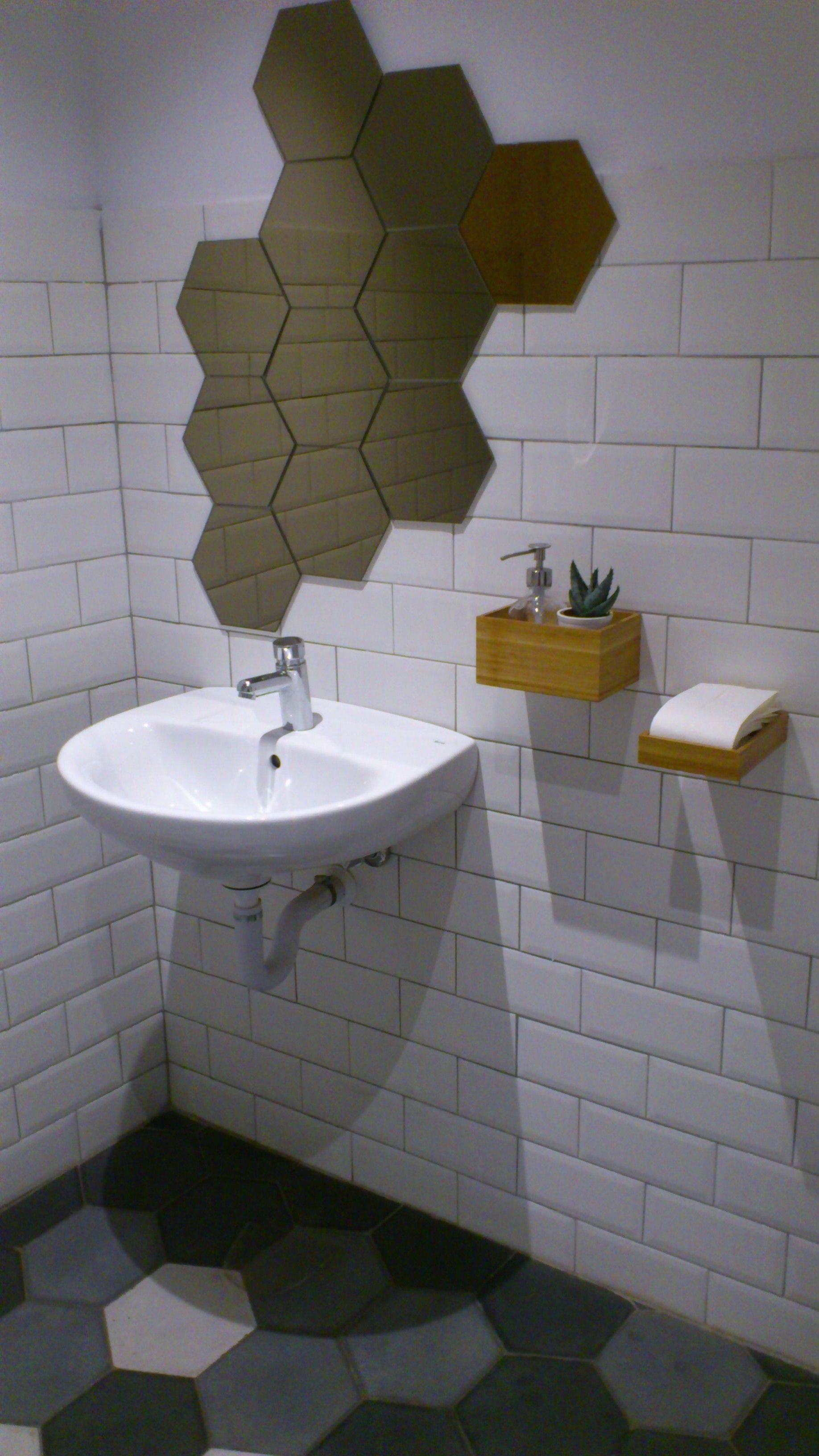 Aseo minimalista, espejo y complementos de baño de Ikea ...