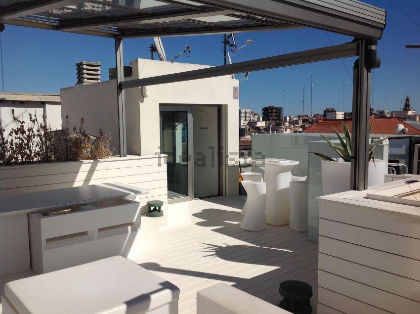 Ático en venta, Vistas espectaculares a la Plaza de la Reina. El atico tiene 2 terrazas, 4 habitaciones, 5 baños, armarios empotrados… sigue la visita virtual http://www.idealista.com/pro/desiree-hato-gestion-de-inmuebles/inmueble/29783675/visita-virtual
