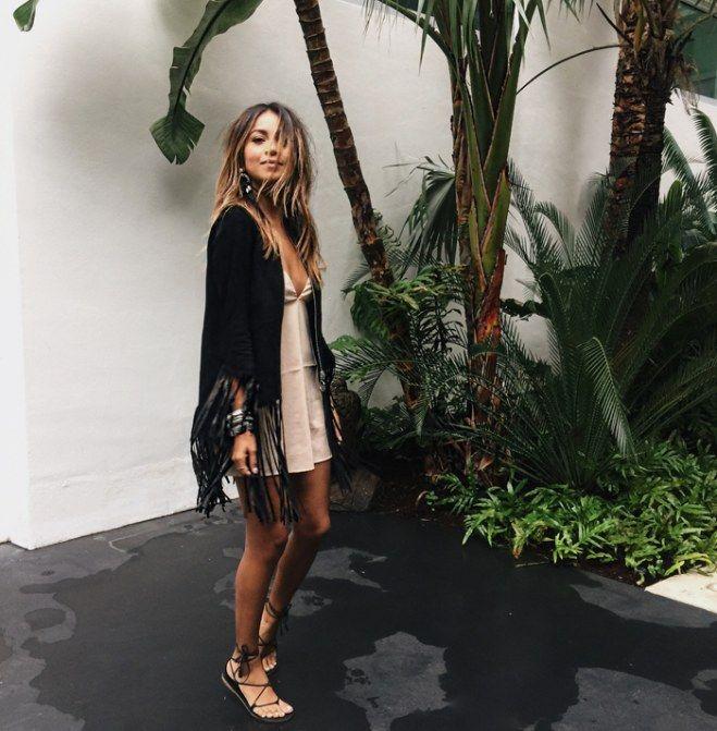 Boho-Look: Schick mit Fransenjacke und Schnürsandalen zum Satin-Kleid
