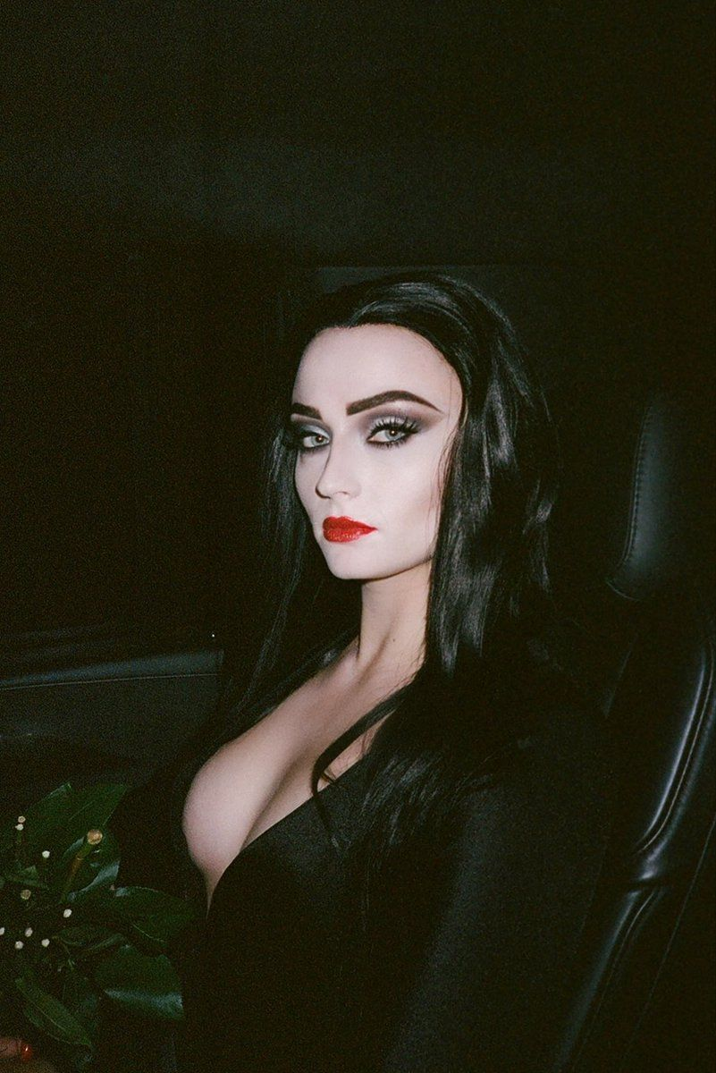 J O E J O N A S On Twitter Morticia Addams Sophie Turner Morticia Addams Makeup