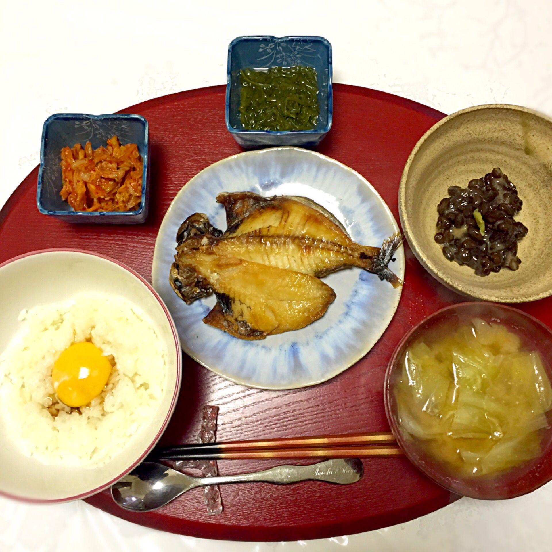 えぼ鯛の開き干し、黒豆納豆、めかぶ、キムチ、キャベツのお味噌汁、TKG