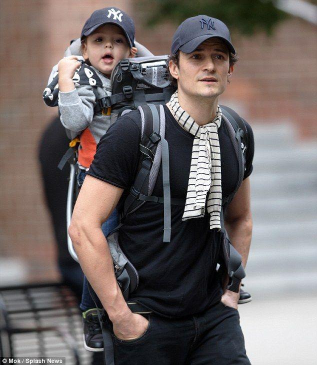 Miranda Kerr Bonds With Her Boy Flynn As She Rocks Double Denim Moda Embarazada Famosos Flaco
