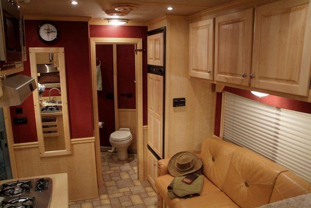 Gooseneck Horsetrailer With Living Quarters