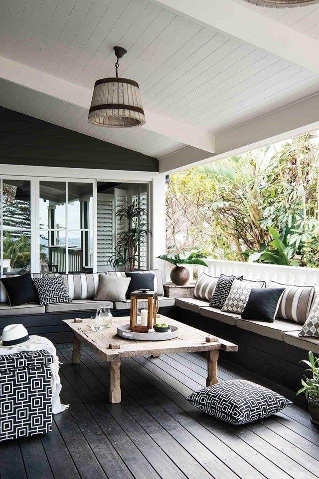 Des canapés XXL permettent de transformer la terrasse en ...