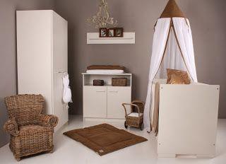 Dormitorio de bebé marrón y blanco