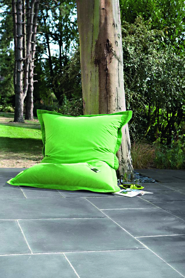 Du carrelage gris large accompagné de bordures plus fines pour - photo terrasse carrelage gris