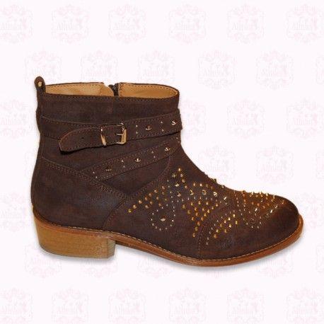 Sehr schöne Gallucci Stiefel mit kurzem Schaft und  Cowboy stil in braunem Wildleder, mit Zeichnungen aus Metallnieten und Schnalle. 123,20 €