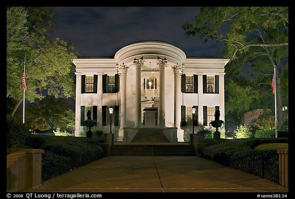 Mansions mississippi governor 39 s mansion at night for Home builders in jackson ms area