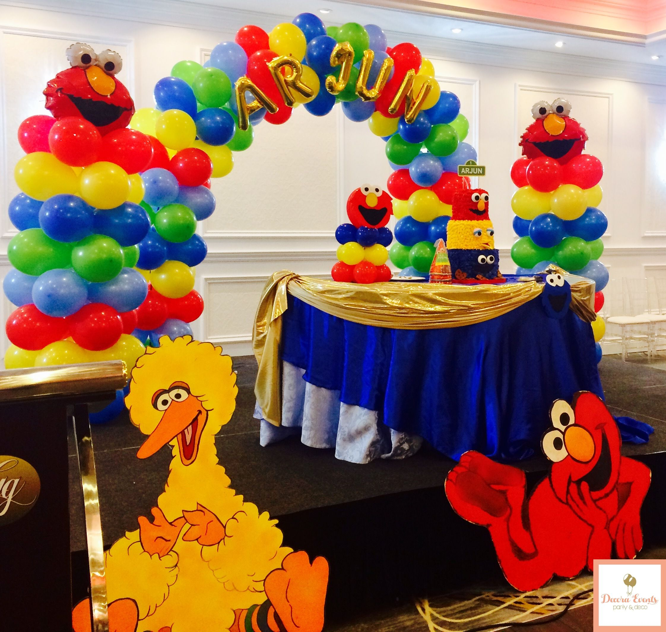 A Cake Table Decoration Combined With Some Columns Arch And Characters Birthday Party Cakedecorating Balloons Balloonscolumns Elmo Sesamestreet