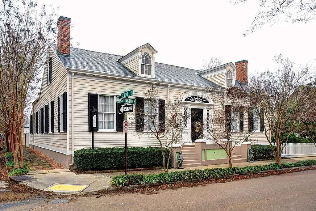 c. 1822 Federal Natchez, MS 595,000 Old house