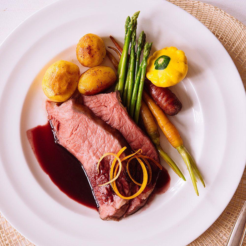 Sous-vide Roastbeef, Sauce Cumberland, Risolée-Kartoffeln und junges Gemüse #finecooking