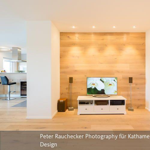 Holzwand hinter Fernsehbereich   Deckenspots, Lichtplanung und Holzwand