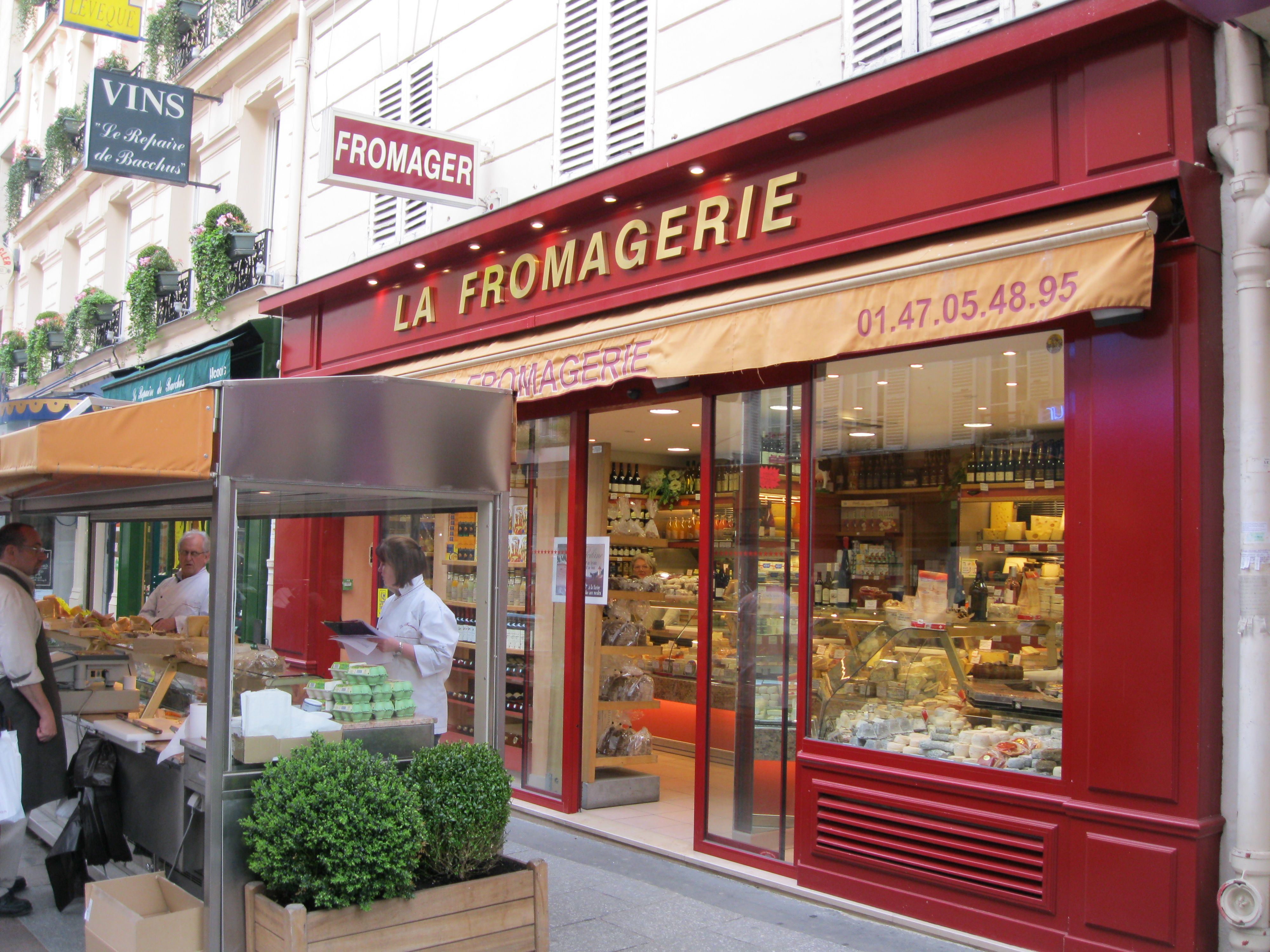Timber Shopfront Are Most Popular Among Shop Owners Especially When They Want To Give A Traditional Look To It Shopfron Specialty Food Store Paris Cheese Shop
