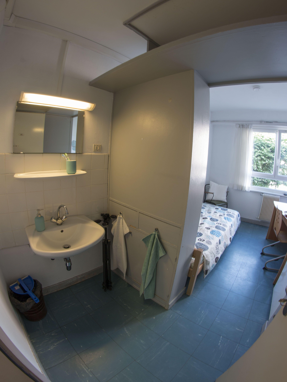 Une chambre simple agréable et fra chement rénovée