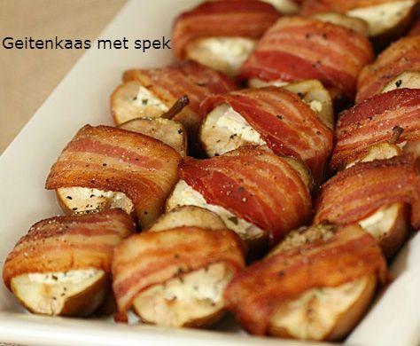 Verwarm de oven voor op 180 graden. Snijd de plakken ontbijtspek door de helft. Leg op elk stuk spek een bolletje geitenkaas en vouw het spek dicht. Rol een ander stuk spek kruislings erover heen.  Leg vervolgens alle rolletjes 8 minuten in de oven.