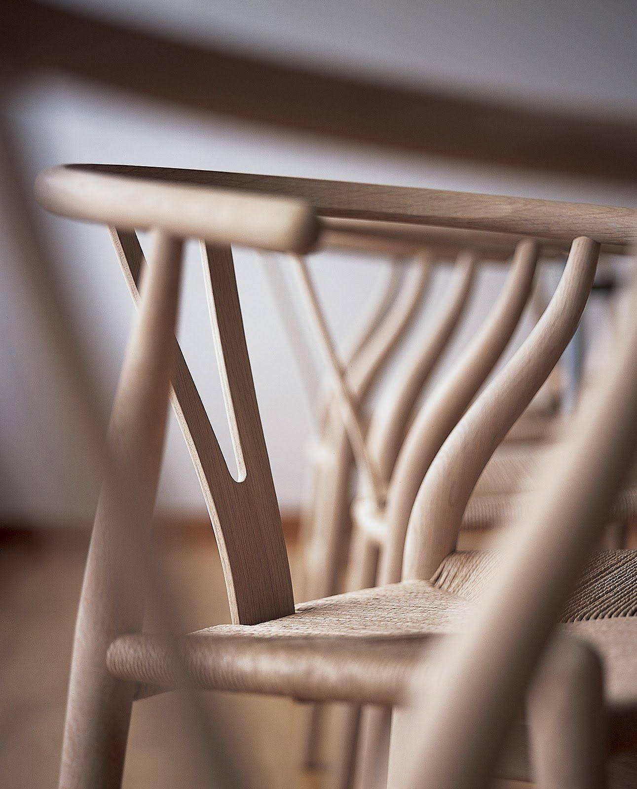 """Wishbone chair. Hans Wegner    La silla CH24 también conocida como """"Y"""" o """" Wishbone"""" por la forma característica de su respaldo en forma de Y fue creada en los años 50 por el diseñador y ebanista danés Hans J. Wegner y destaca por su funcionalidad y diseño, a la vez que sencillez.    La principal característica que la identifica es su respaldo curvo, un diseño ergonómico que permite sentarse con la espalda recta y proporciona libertad de movimiento y gran comodidad."""