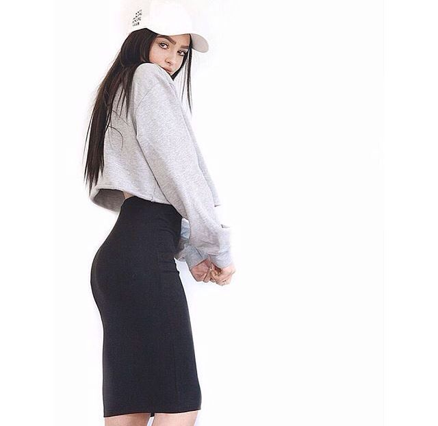 Light Gray oversized sweatshirt + dark gray skirt + white baseball cap