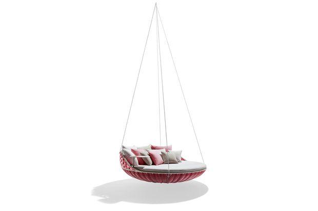 Il maxi dondolo/letto «Swingrest» di Dedon, ovviamente nella versione neon pink 2013