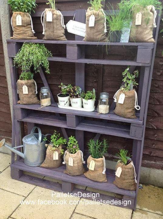 mobili da giardino con pallet riciclato Un tavolo con mensole, come ...