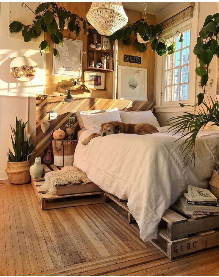Dies ist das perfekte Schlafzimmer mit natürlichem Holz, Cremefarben ...