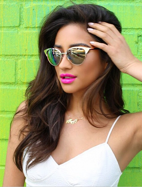 Shay's accessories are always so cute.   Pretty Little Liars