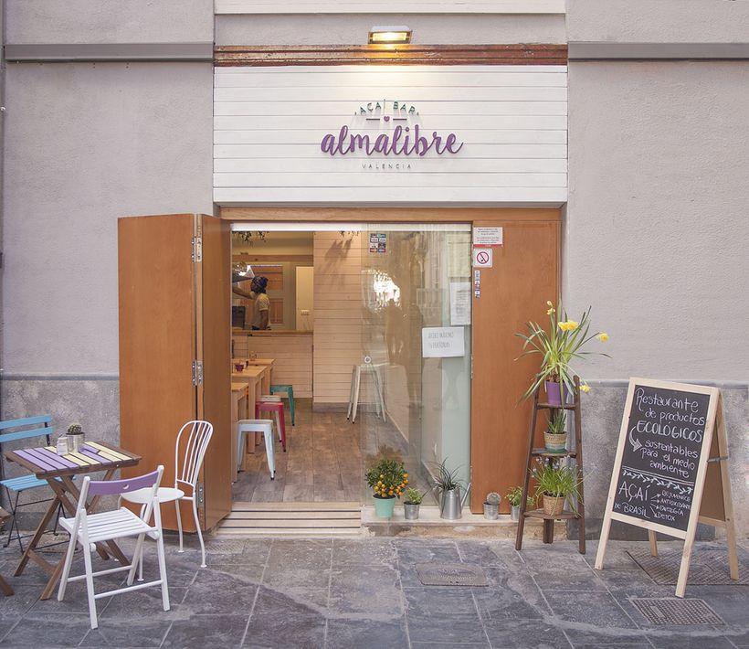 Almalibre Açaí Bar Un Proyecto De Elaticointeriorismo Domestika Mobiliario Para Cafeteria Diseño De Cafetería Interior De Restaurante Rústico