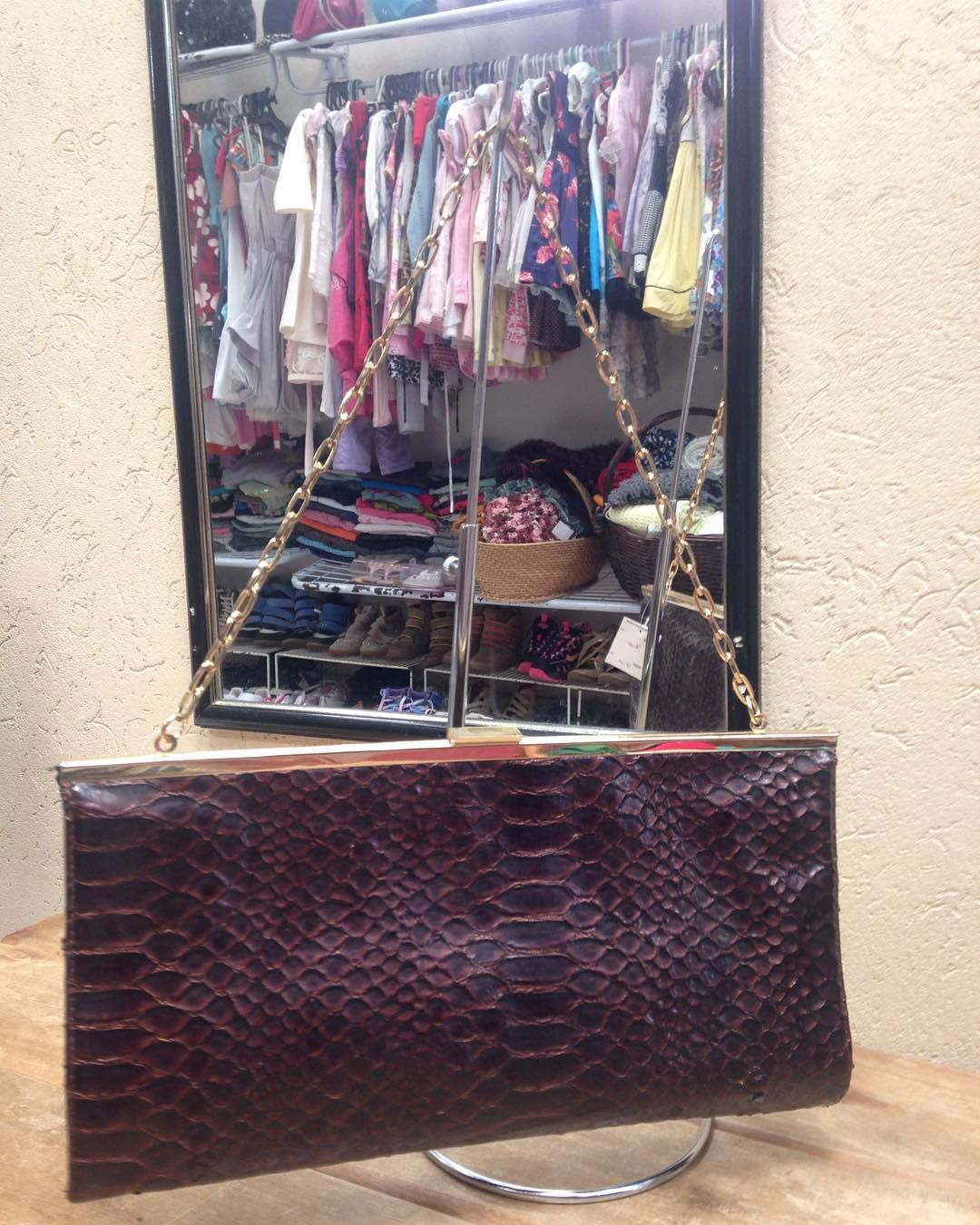 Bolsa tipo carteira com corrente dourada  super chique  #bolsa: #carteira #Aldo  #brechocamarimtododianovidade  #brecho .