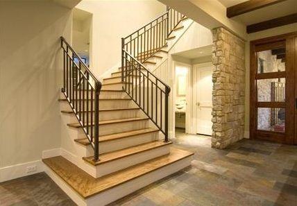 Escalera De Casa Moderna Con 4 Dormitorios Y Sala De