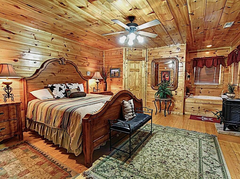 The Watering Hole 1 Bedroom Cabin Rental In 2020 Cabin Jacuzzi Outdoor Luxury Cabin