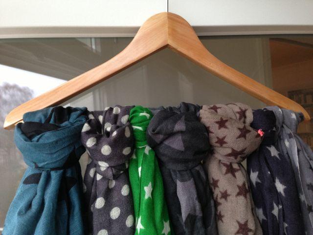 schal aufh ngung selbermachtauglich pinterest schals kleiderschr nke und ordnung schaffen. Black Bedroom Furniture Sets. Home Design Ideas
