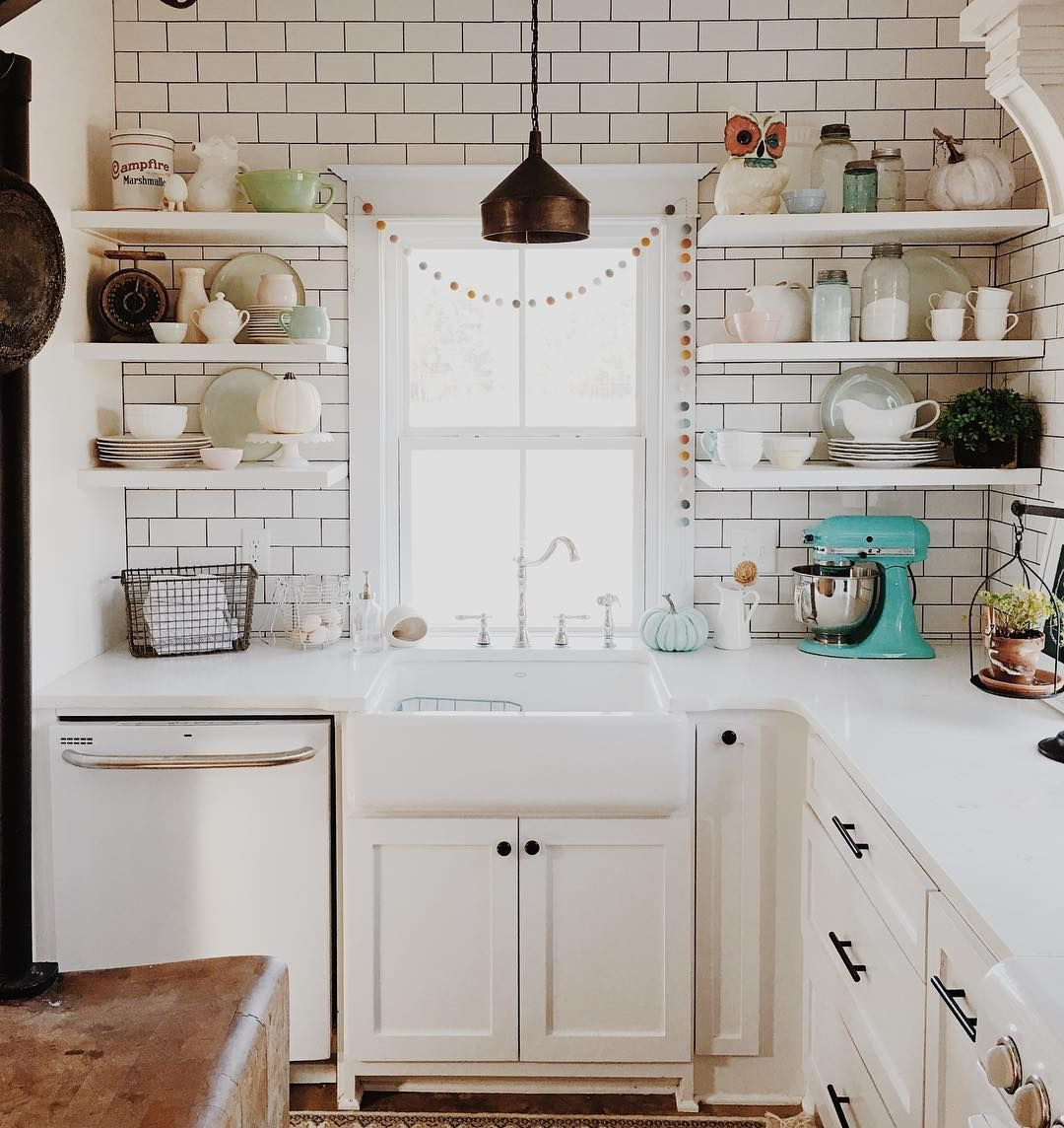 White kitchen, metro bricks, open shelves, vintage feeling Cocina ...