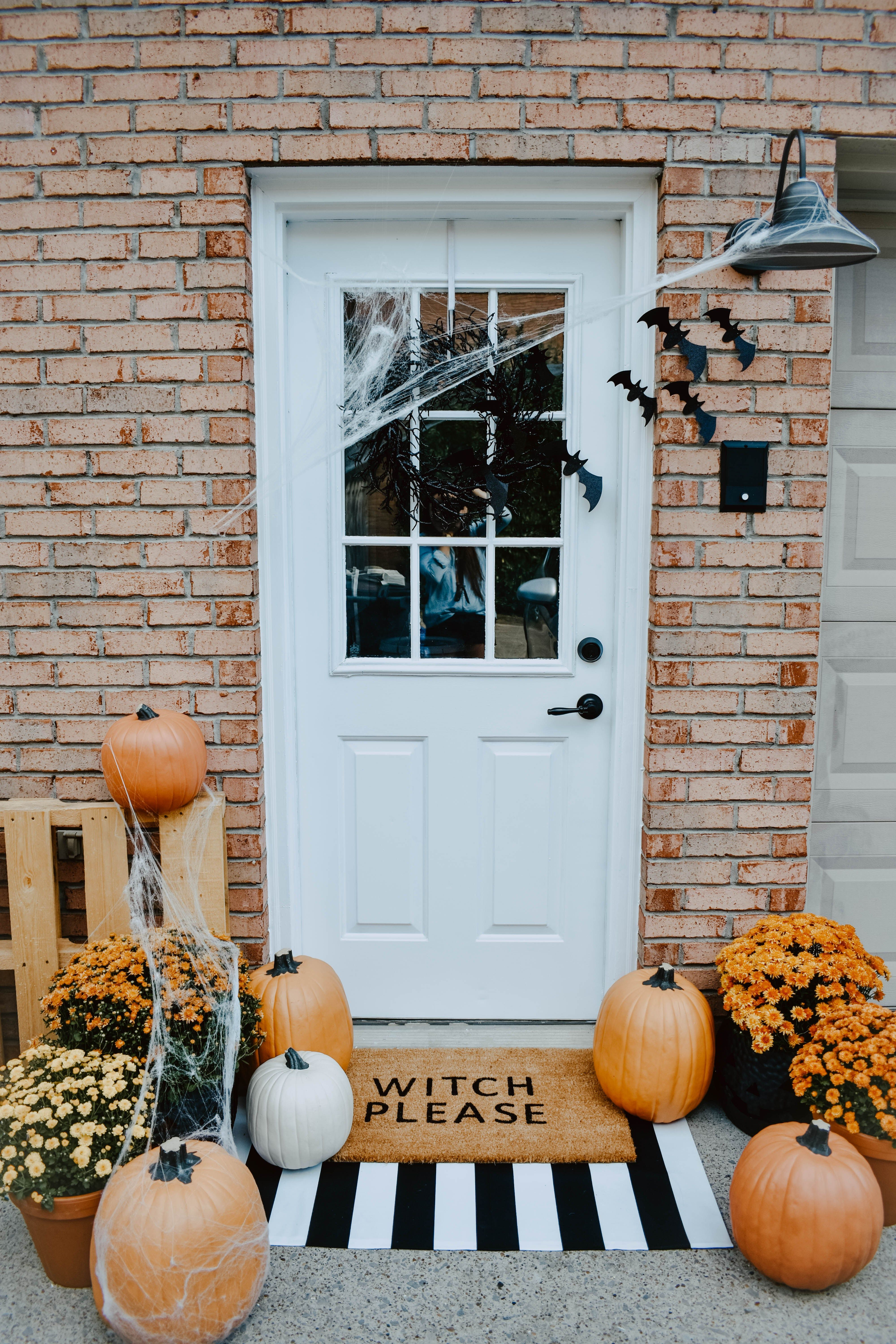 DIY Halloween Door Mat + Front Porch #halloweendecorations