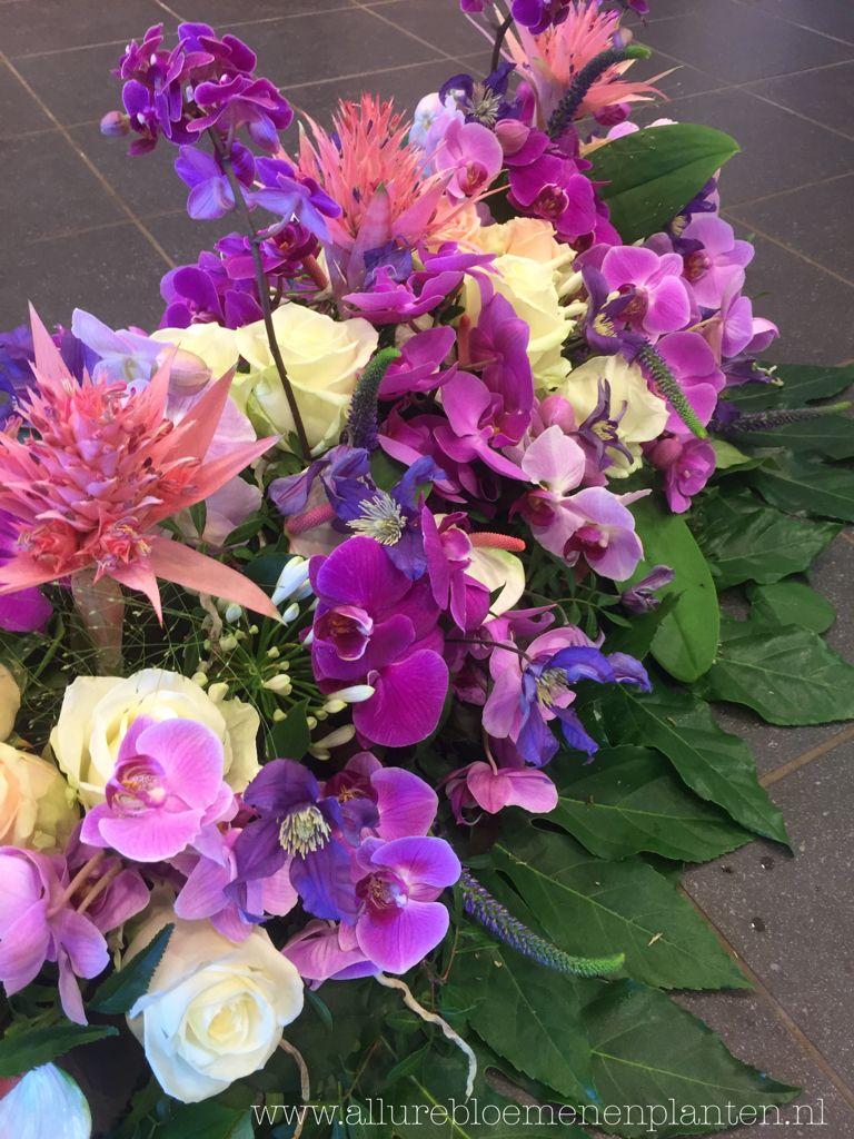 Rouwwerk verschillende roze/paars/wit tinten met oa Orchideeën.