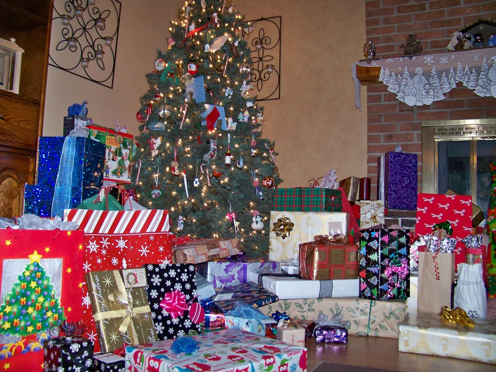 Real christmas trees with presents - Lots Of Christmas Presents Lots Of Presents