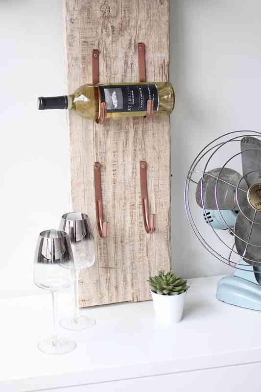porte bouteille de vin planche de bois et fixation de goutti re peinte couleur cuivre d co. Black Bedroom Furniture Sets. Home Design Ideas