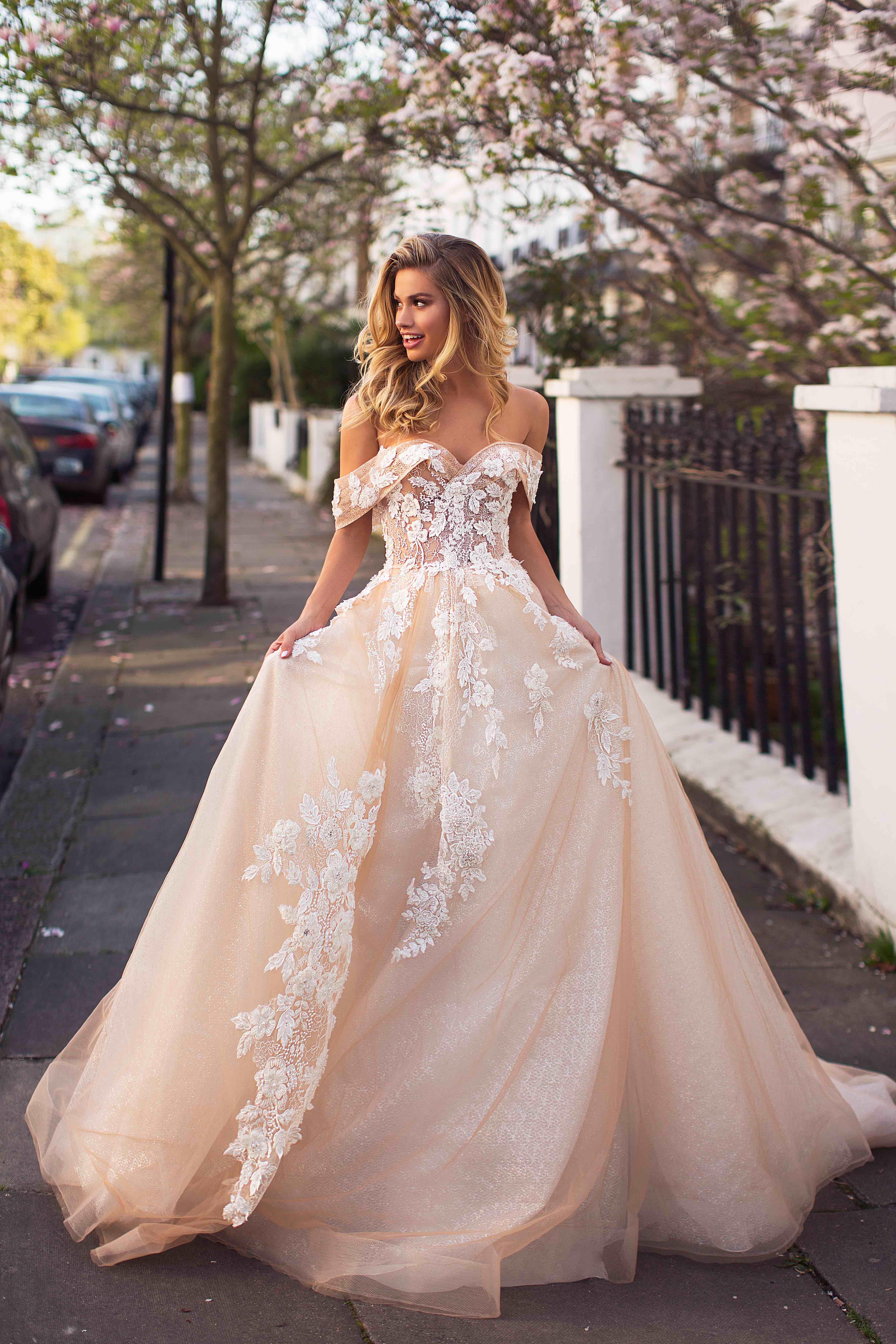 Vestiti Da Sposa 150 Euro.Abito Da Sposa In Pizzo Con Spalline Omerali E Di Colore